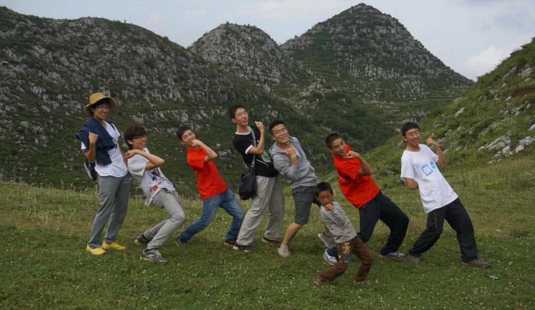 贵州彭寨小学学生与志愿者合影