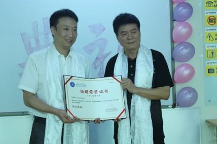中国人口福利基金会副秘书长、国内发展部部长葛振江(右)向好未来基金会理事长樊保国(左)授予荣誉证书