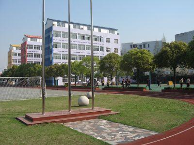 校园占地25亩,有教学楼,办公楼,室内篮球馆,舞蹈房,图书馆,多